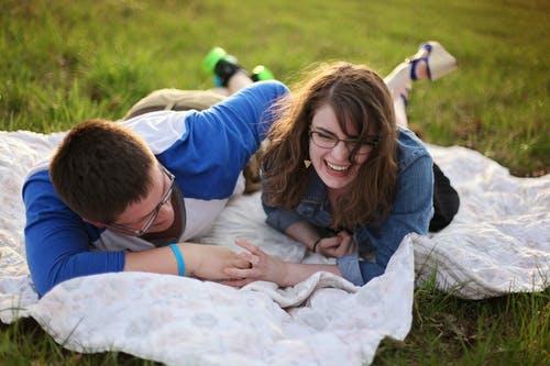 对劈腿的男友该不该原谅,面对劈腿男友应该这样做