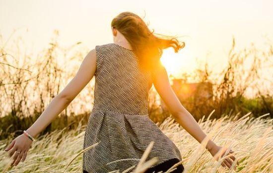 一个女生跟你说失恋了,女生失恋后痛苦的表现